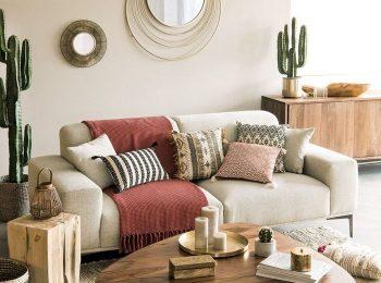 miroir-rond-cactus-deco-boheme-chic-plantes-vertes-table-basse-bois-fonce-bougies-livres-coussin-sol-panier-paille-canape-meubles-de-bois-clair-interieur-boheme.jpg